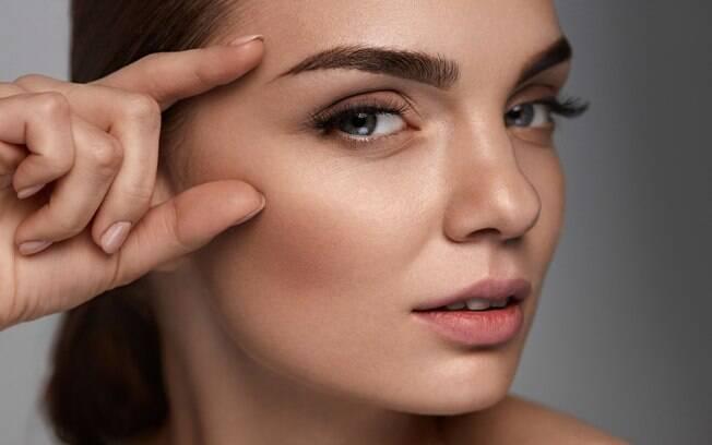 Quer ter as sobrancelhas grossas? Aposte nos óleos naturais que estimulam o crescimento dos fios para preencher falhas