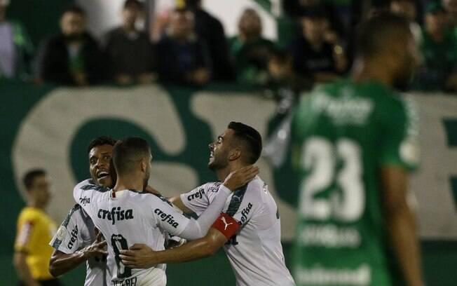 Dudu e Marcos Rocha são protagonistas na vitória do Palmeiras, na Arena Condá
