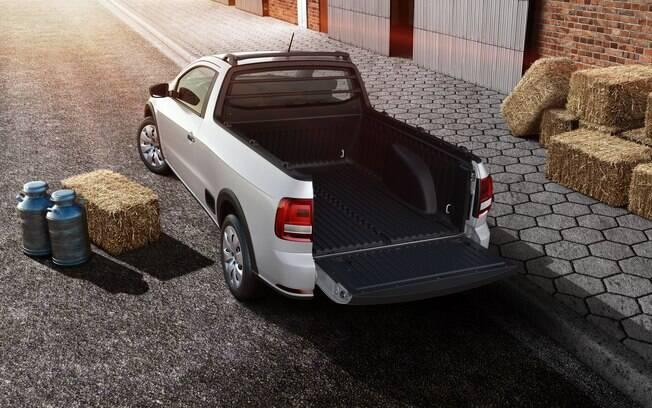 A tampa da caçamba da VW Saveiro conta com sistema de amortecimento na abertura, ao contrário da Fiat Strada
