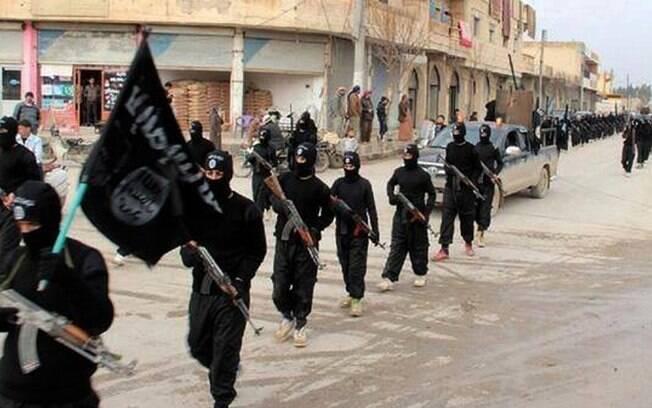 Combatentes da al-Qaeda ligados ao Estado Islâmico marcham em Raqqa, Síria (Jan/2014)