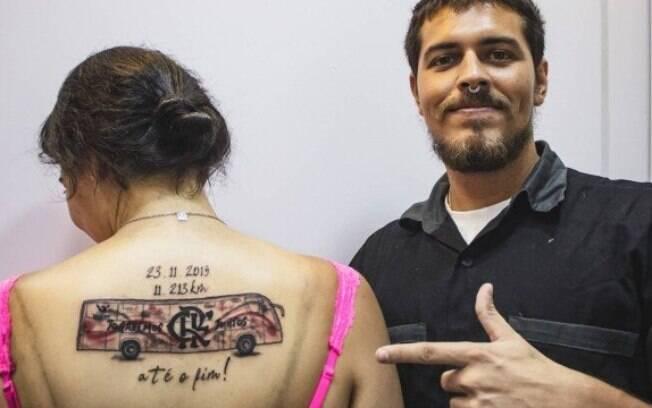Torcedora do Flamengo tatuou ônibus que a levou para o peru