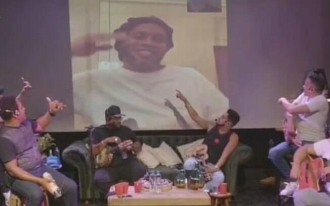 Ronaldinho apareceu na live do grupo Revelação durante prisão domiciliar