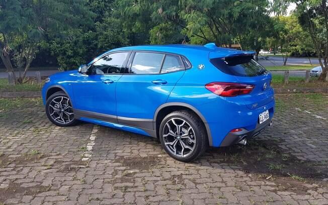 De traseira, o BMW X2 mostra mais sua esportividade. Repare no logo da marca na coluna, herança do clássico 2000 CS