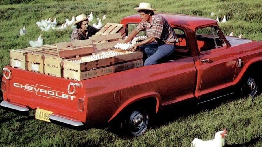 A GM foi líder de mercado em picapes grandes por muito tempo graças as C-10, com motor a gasolina