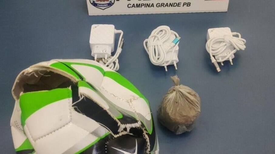 Bola recheada de carregadores e droga foi chutada para dentro de presídio na Paraíba