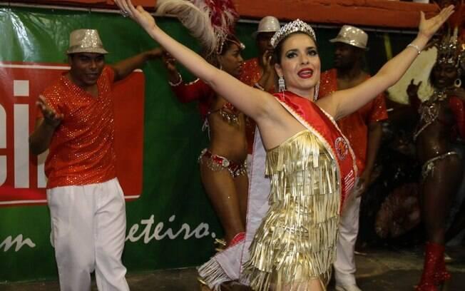 Monique Alfradique caiu no sambou, mas, desta vez, com faixa e coroa