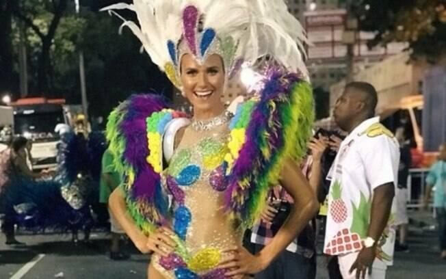 Renata Kuerten posa com sua fantasia antes do desfile