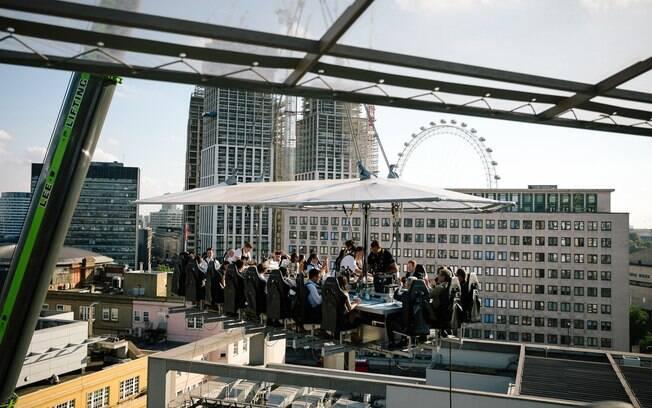 A nudez tomará conta do restaurante London in the Sky por toda a manhã, e os convidados ficarão a 30 metros do chão