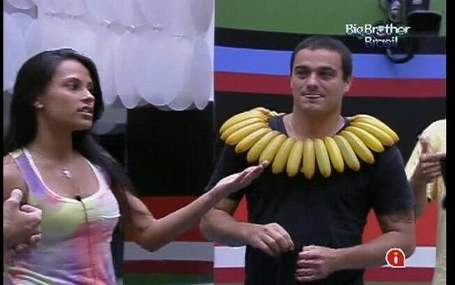 Rafa dá risadas mesmo com colar de bananas no pescoço