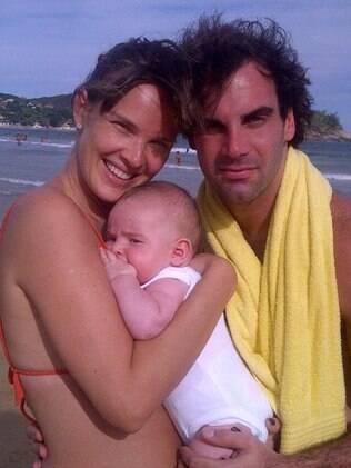 Letícia Birkheuer e o marido com o pequeno João Guilherme
