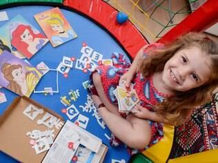 Mesmo sendo fã de tablet e laptop, Pietra não abre mão de brincar com alguns itens mais tradicionais como seu jogo de princesas
