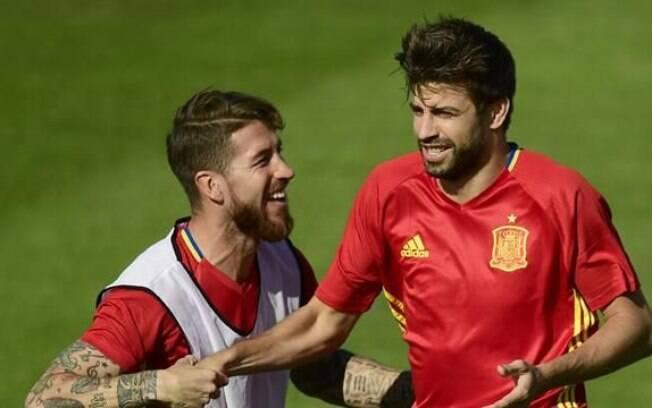 Sergio Ramos e Piqué formaram uma grande dupla na seleção espanhola, ao mesmo tempo que foram rivais ao defenderem Real Madrid e Barcelona, respectivamente