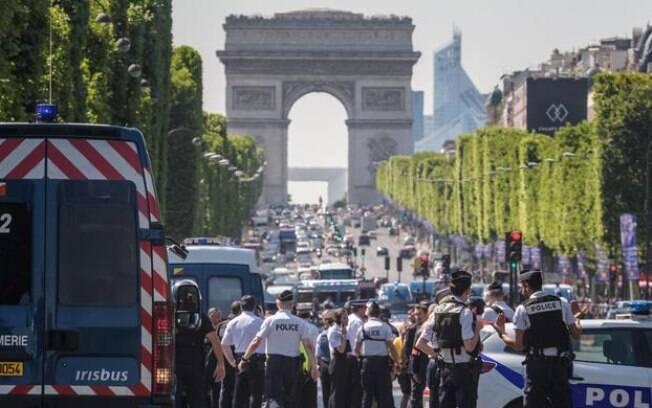 Polícia de Paris, na França, isolou nesta segunda-feira (19) a região da avenida Champs-Elysées