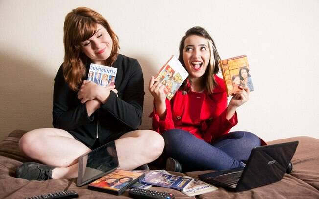 Priscila e Camila entre os DVDs das temporadas de seus seriados favoritos: pequenos vícios também podem causar problemas