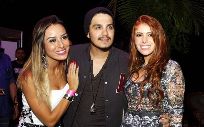 Ex-BBBs Amanda e Letícia tietam Luan Santana  e curtem show sertanejo