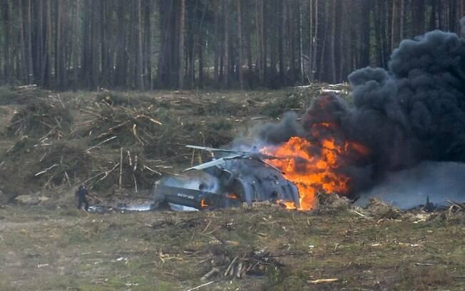 Um helicóptero militar russo caiu neste domingo, durante uma exibição de acrobacias aéreas, matando um de seus tripulantes e ferindo outro. Foto: Anton Nasonov, RZN.info/Photo via AP
