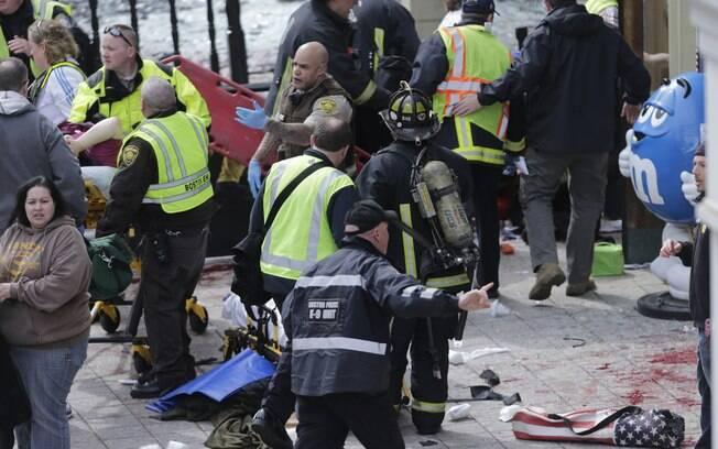 Médicos ajudam feridos após explosões perto da linha de chegada da maratona de Boston, EUA (15/04). Foto: AP