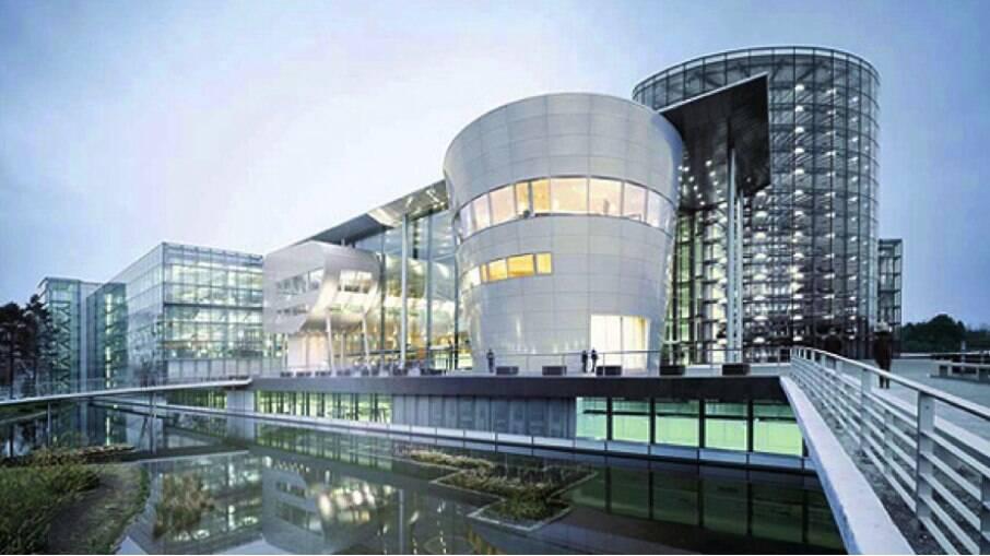 A fábrica transparente de Dresden já recebeu a produção de modelos de luxo, como Bentley Continental e VW Phaeton