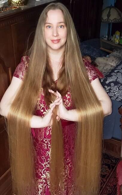 A Rapunzel da vida real tem apenas 1%2C53m%2C quase o mesmo comprimento dos seus cabelos.