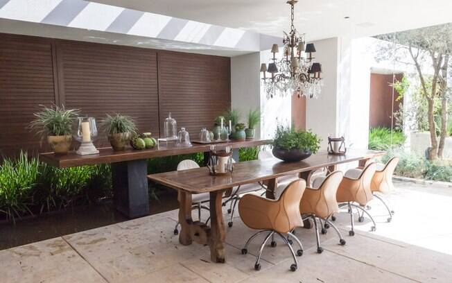 Ana Maria Vieira Santos planejou o Haras Espelho D'Água, que soma 550 m². O ambiente conta com cozinha gourmet, bar, banheiro, living e um pátio para os cavalos