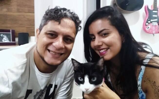 Karin e Anderson Oliveira com o gatinho que adotaram