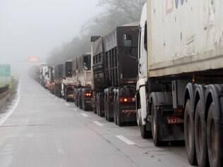 SP - FILA/PORTO/SANTOS - ECONOMIA - Fila de caminhões no trecho da interligação entre as rodovias dos Imigrantes e Anchieta, no trecho do Planalto, nesta sexta-feira (24). O trânsito de acesso ao Porto de Santos ficou prejudicado por conta de problemas no Ecopátio, na Baixada Santista. 24/05/2013 - Foto: NILTON FUKUDA/ESTADÃO CONTEÚDO