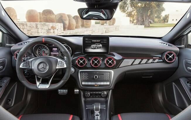 Mercedes GLA 45 AMG tem interior caprichado,  mas parte de multimídia já ficou ultrapassada