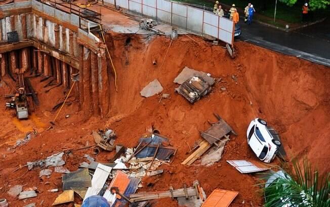 Cratera se abriu após um deslizamento de terra de uma obra que estava acontecendo