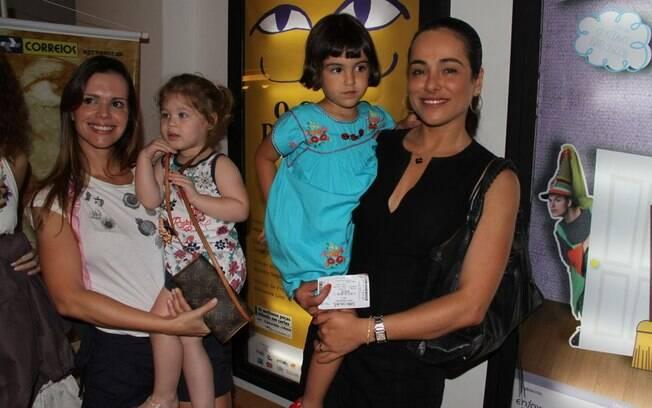 Cassia Linhares e Viviane Victorette com suas filhas no teatro