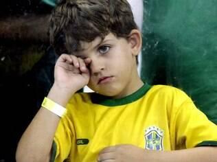 Crianças protagonizaram cenas de tristeza durante o jogo que eliminou o Brasil da Copa