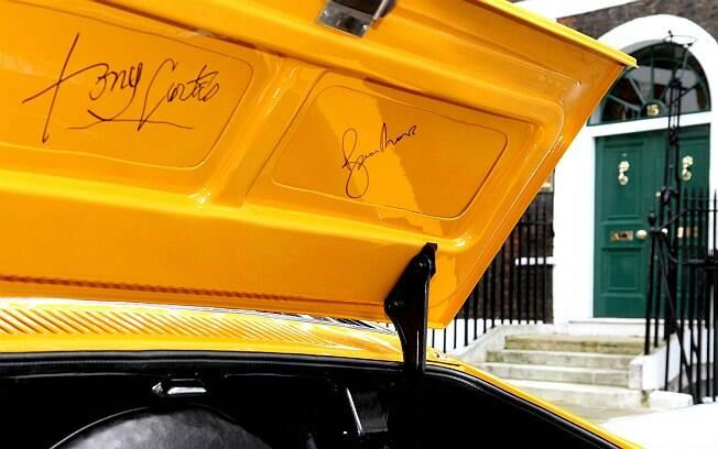 Tampa do porta-malas tem os autógrafos de Tony Curtis e Roger Moore