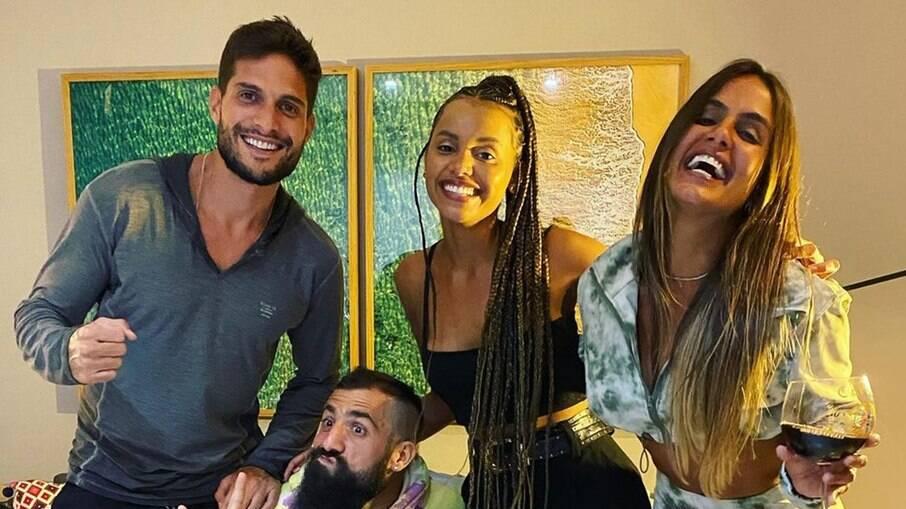 André, Carol Peixinho, Gleici, Kaysar e Arcrebiano se reúnem para assistir