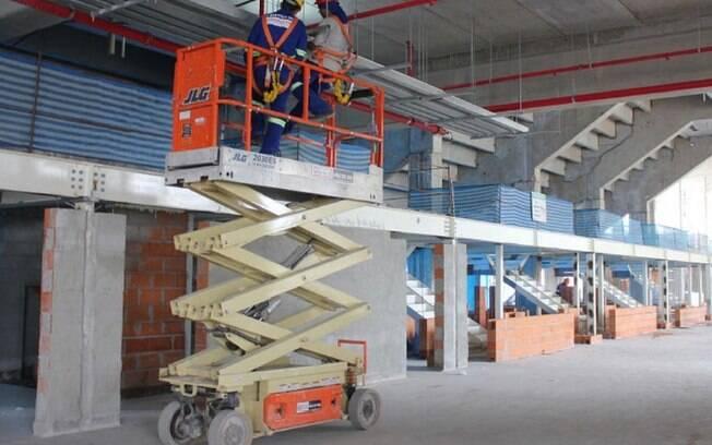 O guindaste responsável pela colocação dos  módulos da estrutura metálica da cobertura do  prédio leste. O nono, e último módulo do setor,  será colocado neste mês.