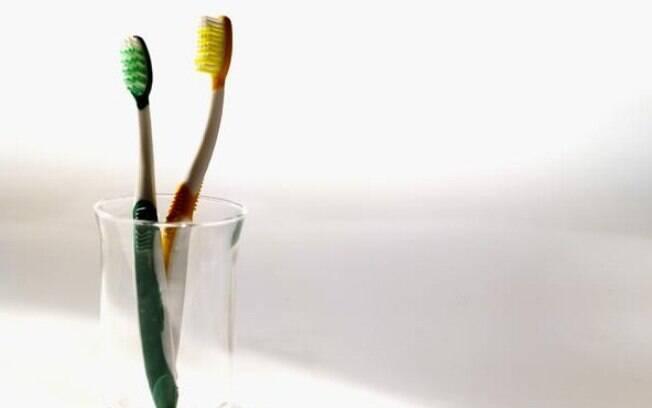 O porta escova de dente sempre acumula água e não pode ser esquecido