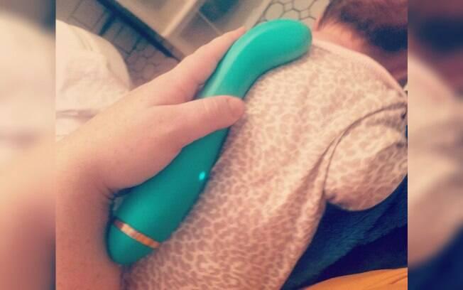 Mãe usa vibrador para aliviar congestão no peito do bebê e método viraliza nas redes sociais