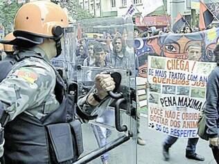 Sul. Nas ruas de Porto Alegre, manifestantes contrários à Copa caminharam gritando palavras de ordem