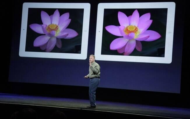 Executivo da Apple mostra diferença de resolução de tela do iPad 2 (esquerda) e novo iPad (direita)