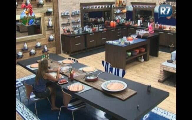 Raquel e Valesca tomam café da manhã juntas e conversam sobre a roça