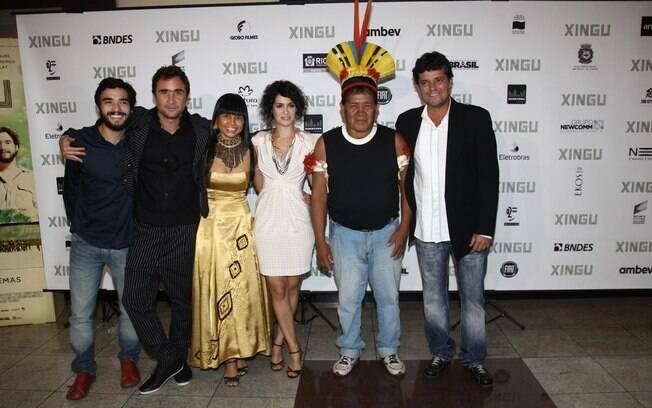 Maria Flor, Felipe Camargo, Caio Blat e Joao Miguel e com os atores indigenas de