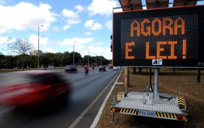 Objetivo da Lei do Farol Baixo foi aumentar a segurança nas estradas, reduzindo o número de acidentes frontais