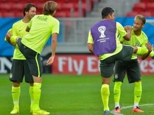 Hulk, de colete, vai reaparecer na equipe titular brasileira para o confronto com a seleção de Camarões
