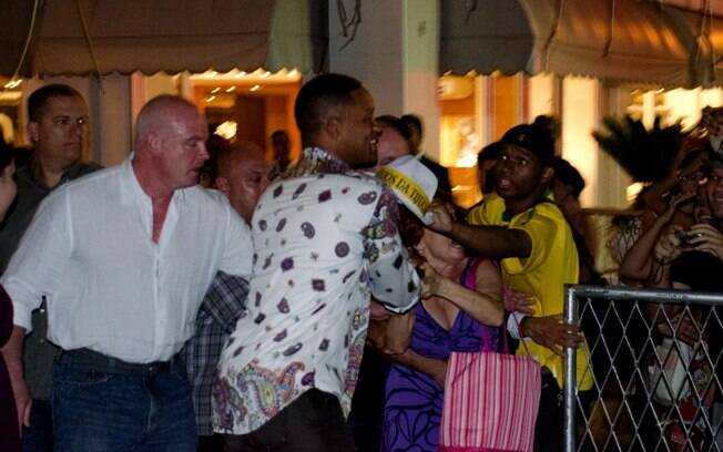 Will Smith é assediado por fãs nessa quinta-feira (23), no Rio