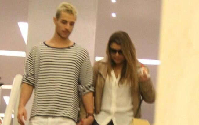 Preta Gil e Thiago Tenório durante passeio em shopping carioca nesta sexta (24)