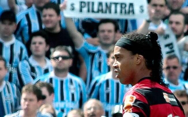 Torcedores do Grêmio não perdoaram Ronaldinho  após o camisa 10 assinar com o Flamengo