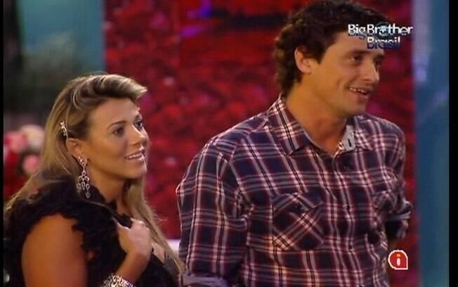 Fabiana não segura a emoção ao ver a retrospectiva do programa