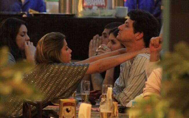 Marcelo Serrado recebe uma massagem durante o jantar
