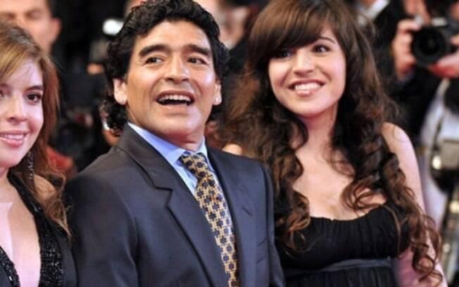 Diego Maradona ao lado das filhas, Dalma (à esquerda) e Giannina (à direita)