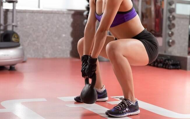 Não trocar os exercícios também é um dos erros no treino de pernas. Nesse caso, vale mudar os movimentos e também incluir pesos e acessórios à série