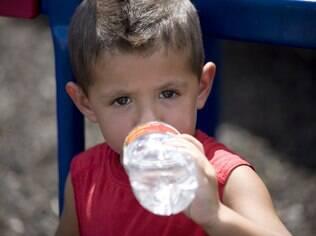 Tenha sempre uma garrafa de água por perto para manter a criançada hidratada