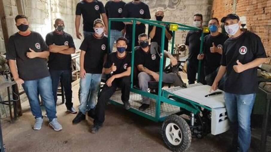 Grupo de estudantes do curso de Eletrotécnica criou modelo de cabine do veículo durante nove dias de trabalho